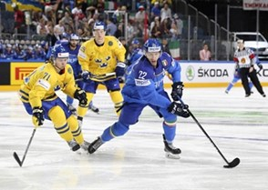 COLOGNE, GERMANY - MAY 12: Italy's Diego Kostner #22 skates with the puck while Sweden's William Karlsson #71 chases him down during preliminary round action at the 2017 IIHF Ice Hockey World Championship. (Photo by Andre Ringuette/HHOF-IIHF Images)